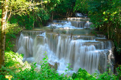 Cascada en bosque profundo tropical en Huay Maekhamin Imagen de archivo