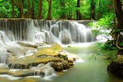 Cascada en bosque profundo tropical en Huay Maekhamin Foto de archivo