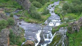 Cascada en el barranco de Gjain en las montañas centrales en reserva de naturaleza de Fjallabak almacen de metraje de vídeo