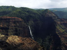 Cascada en el barranco de Waimea, Kauai, Hawaii Foto de archivo