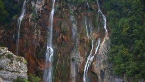 Cascada en el lago Plitvice del parque metrajes