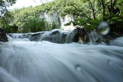 Cascada en el parque nacional de Plitvice en el nivel del agua Fotos de archivo libres de regalías