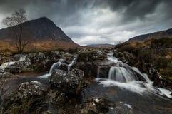 Cascada en el río cerca de Ballachulish, Escocia foto de archivo