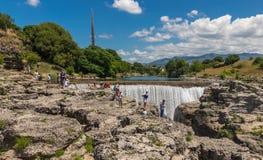 Cascada en el río Cijevna y turistas Foto de archivo libre de regalías