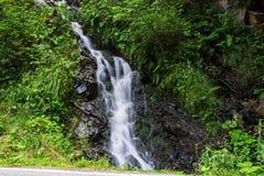 Cascada en el río de la montaña Imagenes de archivo
