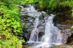 Cascada en el río de la montaña Imagen de archivo