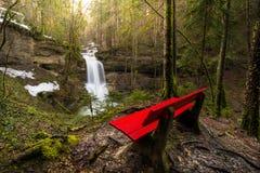 Cascada en el río de la montaña en primavera fotos de archivo