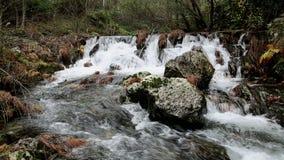 Cascada en el río de Ribeira DA Pena al lado del pueblo de Pena almacen de video
