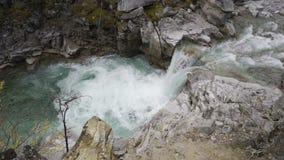Cascada en el territorio de las montañas de Altai, Siberia del oeste, Rusia almacen de metraje de vídeo