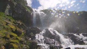 Cascada en el territorio de las montañas de Altai, Siberia del oeste, Rusia metrajes