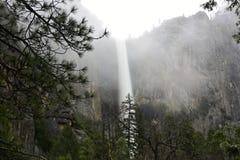 Cascada en el valle de Yosemite imagen de archivo