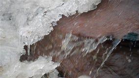 Cascada en frío del invierno con hielo y nieve metrajes