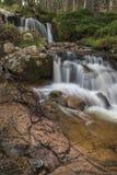 Cascada en Glen Feshie en las montañas de Escocia Foto de archivo libre de regalías