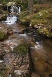 Cascada en Glen Feshie en las montañas de Escocia Foto de archivo