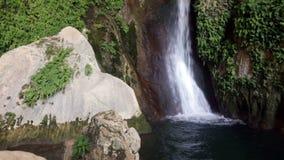 Cascada en gruta natural