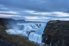 Cascada en Islandia en invierno fotografía de archivo