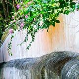 Cascada en jardín imagenes de archivo