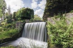 Cascada en la abadía de Newstead, Nottingham, Inglaterra, Reino Unido Foto de archivo