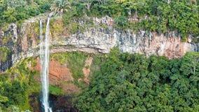 Cascada en la cámara lenta de la opinión del panorama de las selvas metrajes