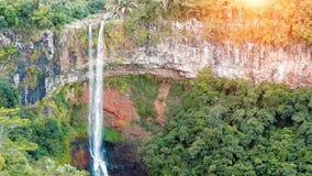 Cascada en la cámara lenta de la opinión del panorama de las selvas almacen de metraje de vídeo