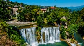 Cascada en la ciudad de Jajce imagenes de archivo