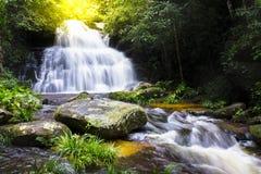 Cascada en la estación de lluvias del bosque profundo, Mun Daeng Waterfall en Phu Imagenes de archivo