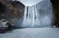 Cascada en la estación del invierno, Islandia de Skogafoss Fotos de archivo libres de regalías