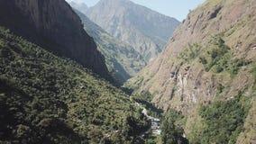 Cascada en la gama Nepal de Himalaya de la opinión del aire del abejón almacen de metraje de vídeo