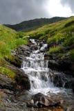Cascada en la montaña imagenes de archivo