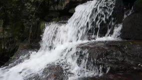 Cascada en la montaña almacen de metraje de vídeo