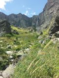 Cascada en la montaña foto de archivo libre de regalías
