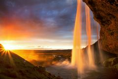 Cascada en la puesta del sol, Islandia de Seljalandfoss imagenes de archivo
