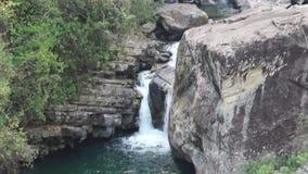 Cascada en la ruta del senderismo de Ghorepani Ghandruk en el Himalaya, Nepal metrajes