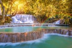 Cascada en la selva tropical (Tat Kuang Si Waterfalls en el praba de Luang Imagen de archivo