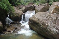 Cascada en lado del país Imagenes de archivo