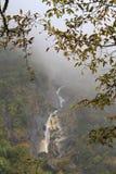 Cascada en las montañas de Himalaya Foto de archivo libre de regalías