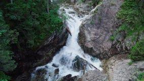 Cascada en las montañas de Tatra en Polonia metrajes