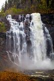 Cascada en las montañas: fluye y salpica, Noruega Imagenes de archivo