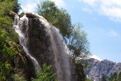 Cascada en las montañas Paisaje tajikistan Imagen de archivo