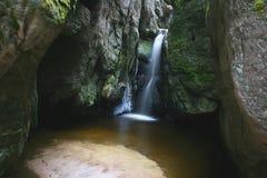 Cascada en las rocas Foto de archivo
