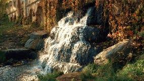 Cascada en las ruinas en el otoño almacen de metraje de vídeo