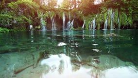 Cascada en los lagos parque nacional, Croacia Plitvice del bosque metrajes