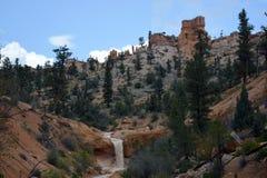 Cascada en medio de las colinas Fotos de archivo libres de regalías