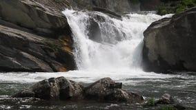 cascada en montaña metrajes
