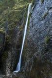 Cascada en montañas Foto de archivo libre de regalías