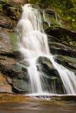 Cascada en montañas Fotos de archivo