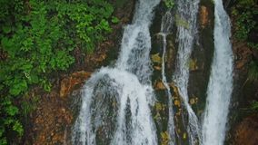 Cascada en montañas almacen de metraje de vídeo