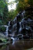 Cascada en montañas azules Foto de archivo libre de regalías