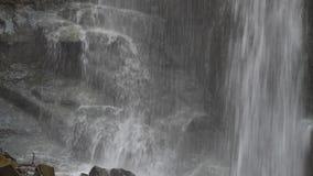 Cascada en montañas de Georgia Agua que fluye sobre rocas cerca de Tbilisi almacen de metraje de vídeo