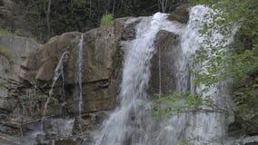 Cascada en montañas de Georgia Agua que fluye sobre rocas cerca de Tbilisi almacen de video